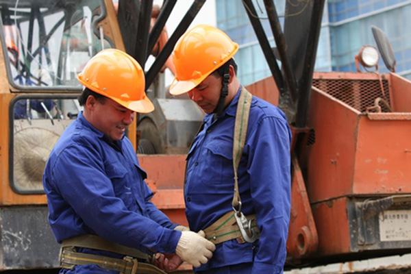 Cần sử dụng đầy đủ các trang thiết bị bảo hộ lao động