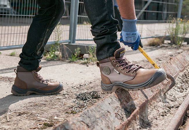 giày bảo hộ công trường là trang bị không thể thiếu khi làm việc