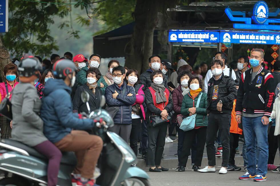 Những ngày gần đây, nhiều người dân, khách du lịch duy trì việc đeo khẩu trang ở bất cứ nơi nào, đặc biệt là những nơi công cộng, tập trung đông người